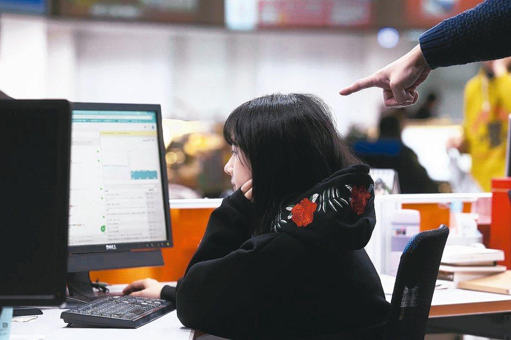 女性上班族壓力太大,可能有掉髮危機。 本報資料照片
