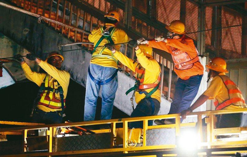 台鐵第一線人員,時常徹夜搶修電車線。 圖/聯合報系資料照片