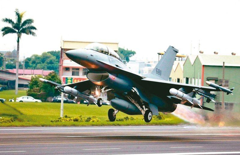 韓國瑜公布國防政策,包括66架F-16戰機採購案、108輛M1A2T戰車採購案、M109A6自走砲等對美軍購都不變。圖為完成改裝的F-16從戰備道起飛。 圖╱聯合報系資料照片