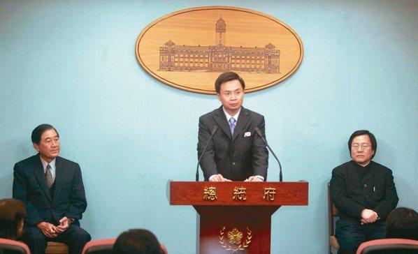 2006年2月廢除國統會總統府前秘書長陳唐山(左)、國安會秘書長邱義仁(右)...