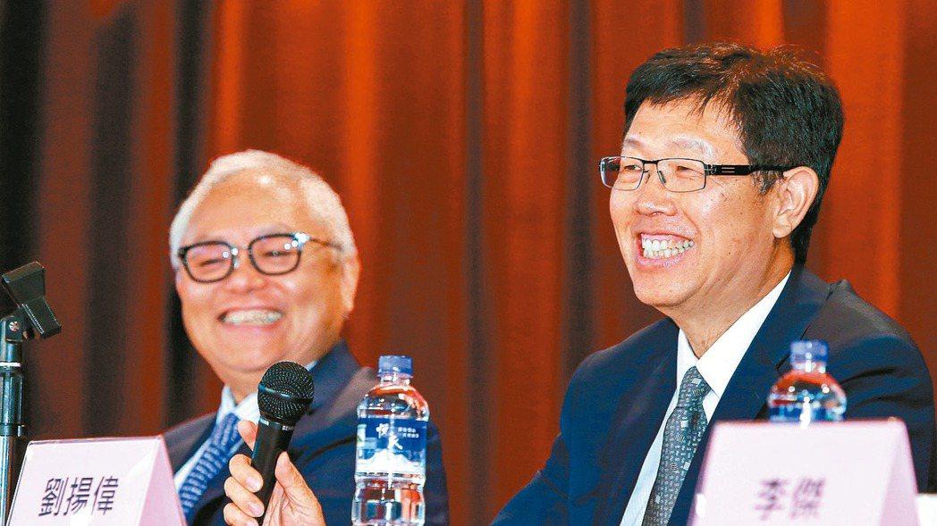 鴻海13日辦法說,是台股本周關注的重頭戲。圖右為鴻海集團董事長劉揚偉。 本報資料...