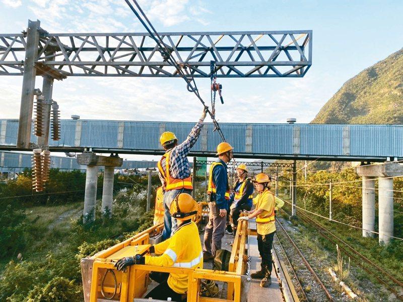 台鐵電車線掉落造成大誤點,積極搶修。 圖/台鐵提供
