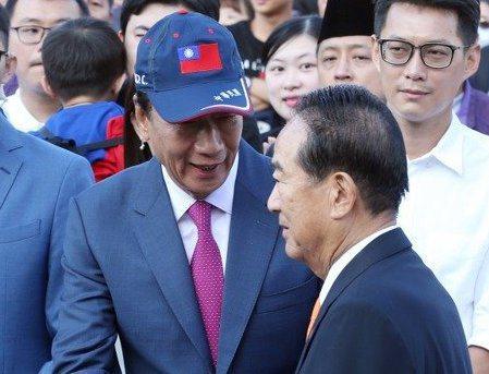 鴻海創辦人郭台銘(左)與親民黨主席宋楚瑜(右)、到底合作或搭檔?外界矚目。  圖╱聯合報系資料照片