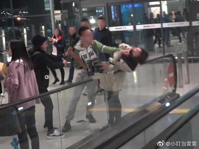 男子對著一名女粉絲掐脖。 圖/擷自微博