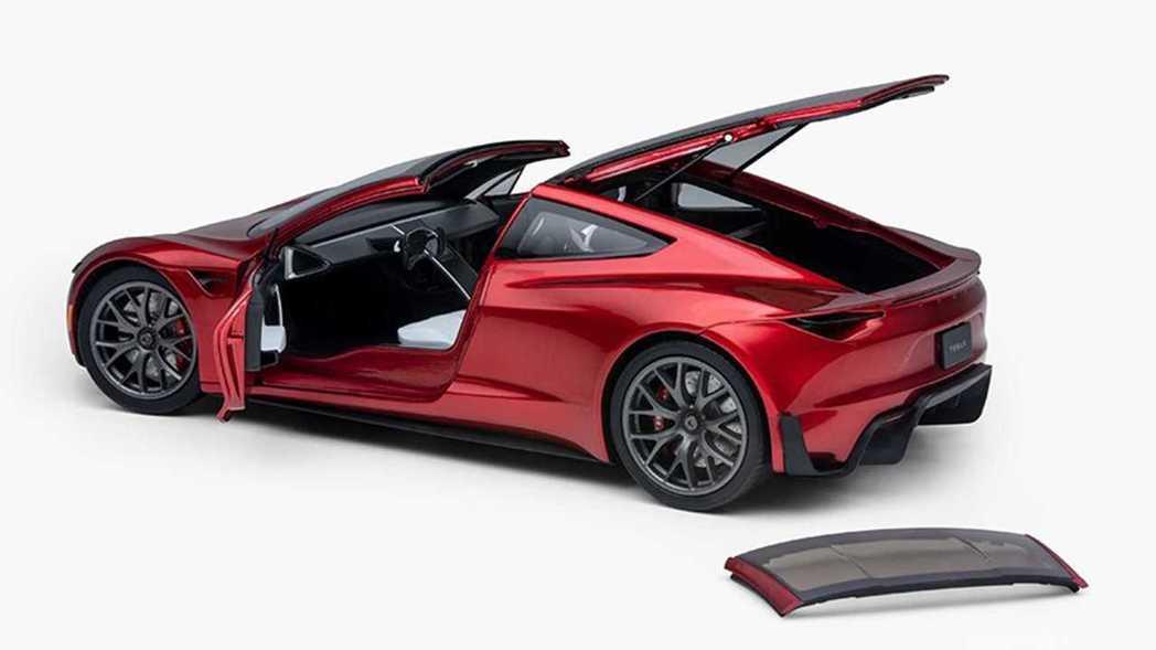 Roadster 模型車的車門、後行李箱都能開啟,敞篷屋定也能夠拆卸。 摘自Te...