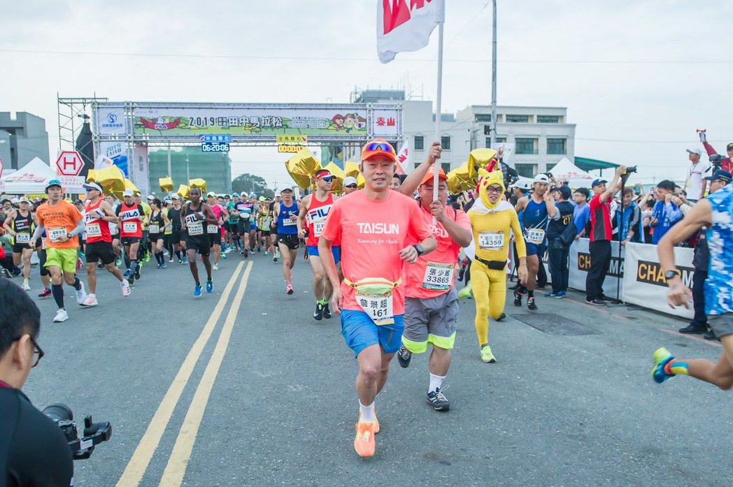 泰山企業總經理詹景超完全投入田中馬拉松賽會,帶動員工熱情參與。