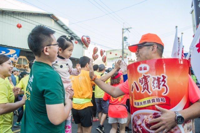 泰山八寶粥在賽道上與民眾熱情互動,展現創意。泰山企業/提供