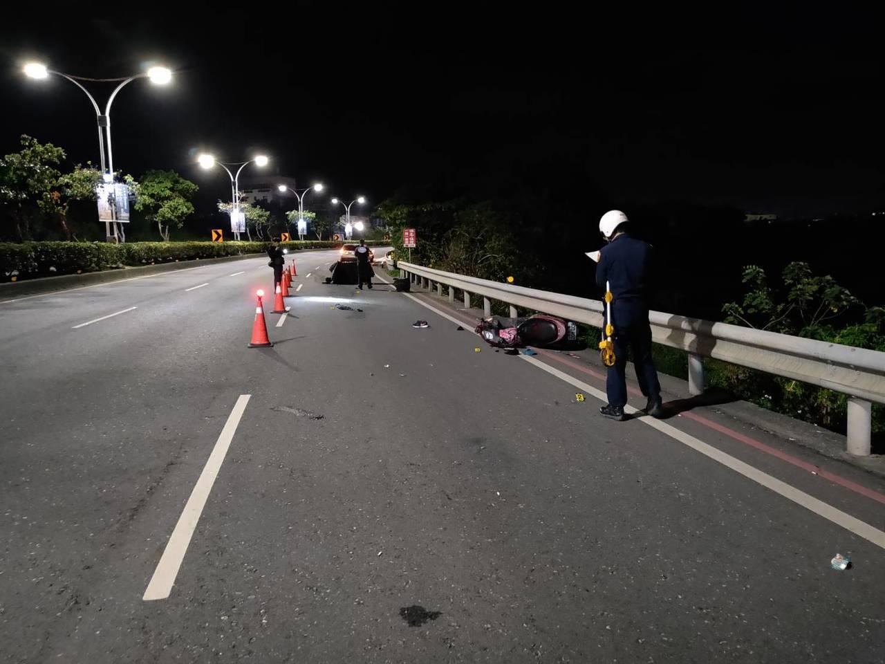 死者所騎乘的機車更被撞得粉碎,直接卡在路旁的護欄下。記者巫鴻瑋/翻攝