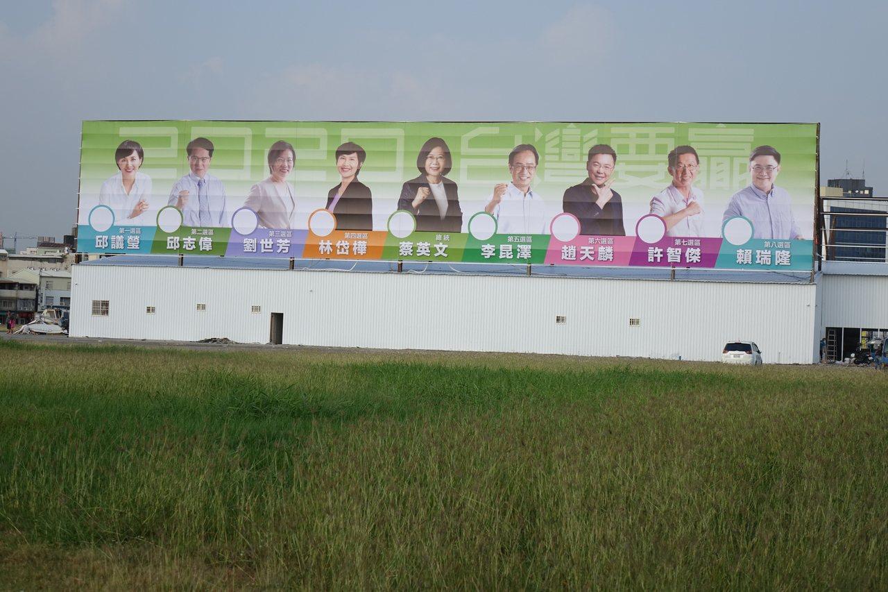 民進黨總統參選人蔡英文第一個競選總部在高雄成立,直搗國民黨總統參選人韓國瑜主場。...