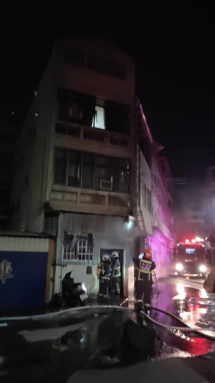 台中市沙鹿區今天凌晨民宅火警,14人送醫。圖/台中市消防局提供