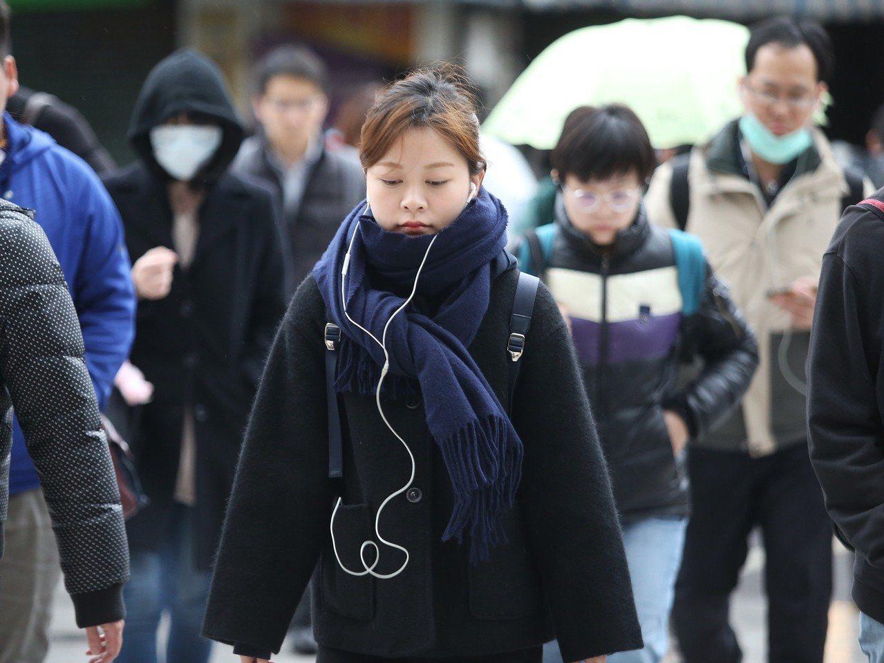 中央氣象局說,今天起到周三,受到輻射冷卻效應影響,北部低溫下探15度。本報資料照...