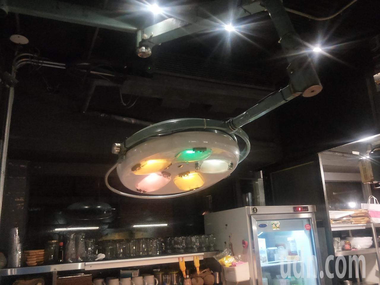 一進門牙醫師看診用的照射燈讓人驚奇。記者游明煌/攝影