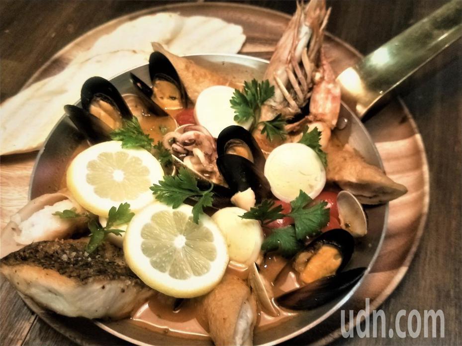 拿到冠軍的漁夫鍋有基隆野生明蝦、特製基隆小卷鑲蛋腸,以及花枝魚漿做為吉古拉的填餡。記者游明煌/攝影