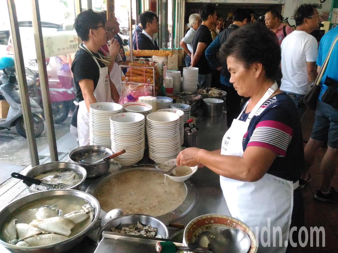 古早味半粥料理,是將生米煮成透明狀撈起,加入高湯和新鮮的虱目魚肉塊與蚵仔,成為美...