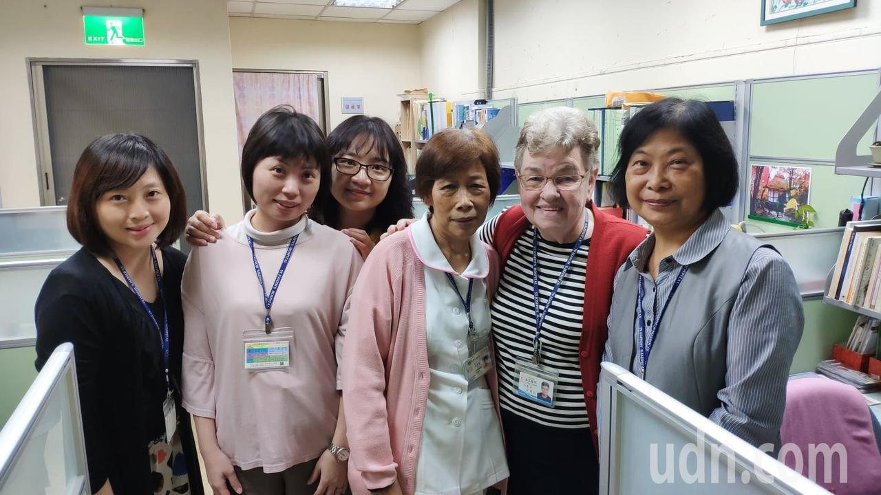 方秀仁(右二)是同事口中的「方姐」,對公事嚴謹私下卻平易近人又溫柔。記者李京昇/...