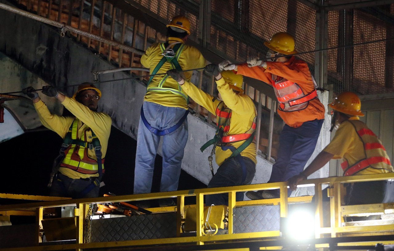 台鐵第一線人員,時常徹夜搶修電車線。本報資料照片