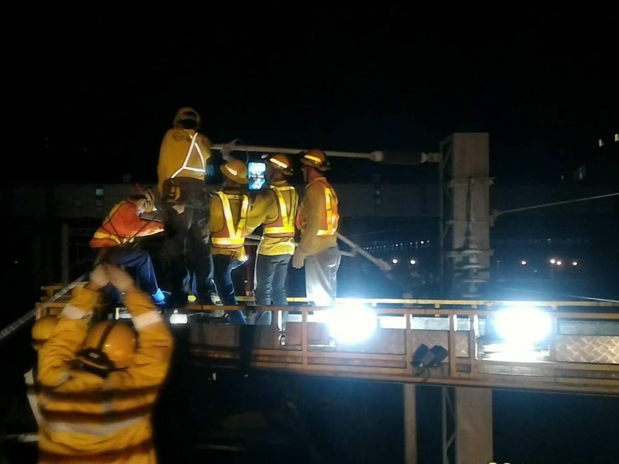 受到電車線斷落影響,截至昨天晚間8時,共有近三萬名受到影響,東正線今天零時才搶修...