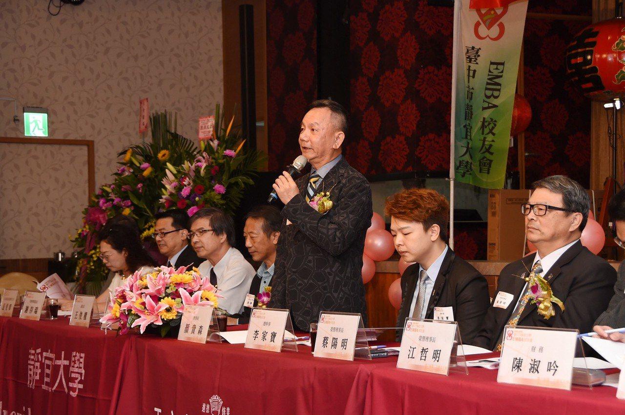 第六屆EMBA校友會理事長顏貴森(右二)承諾靜宜EMBA校友會未來持續提供清寒學...