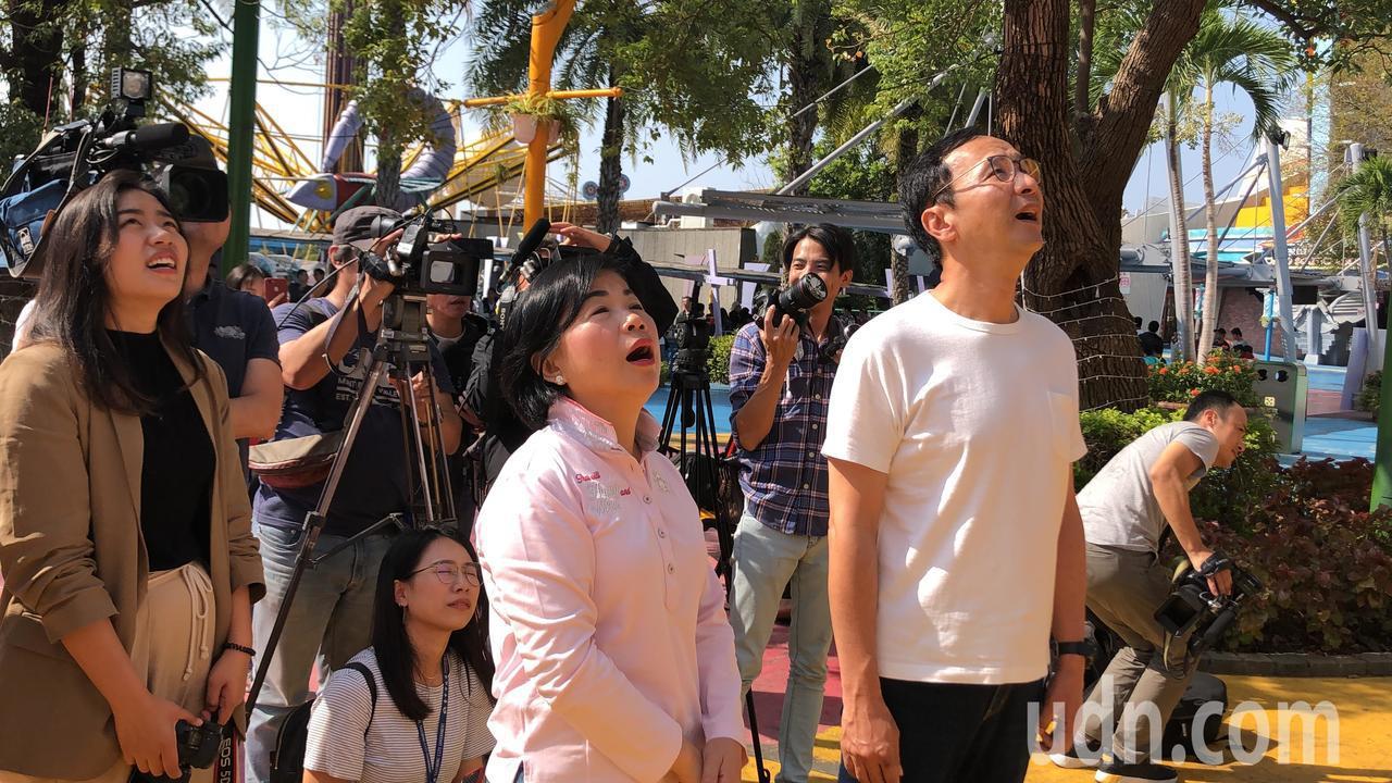 朱立倫(右)與楊瓊瓔看「搶救地心」兩人看得合不攏嘴。記者陳秋雲/攝影