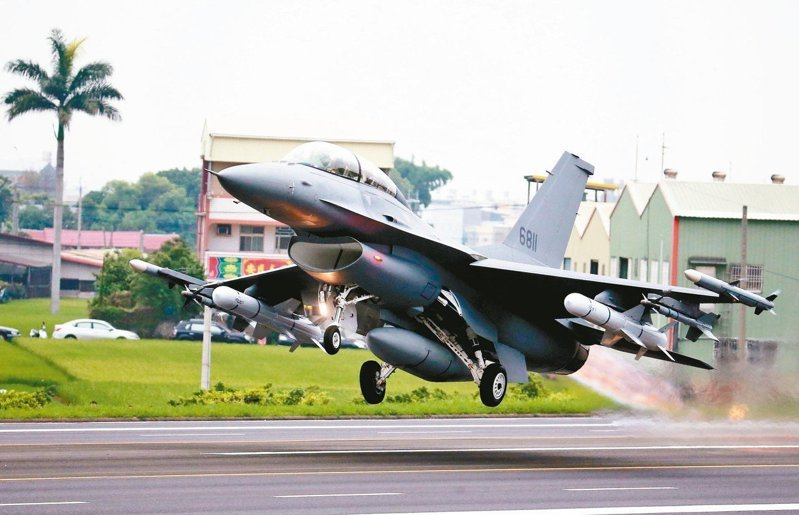 完成改裝的F-16V從戰備道起飛。 圖/聯合報系資料照片