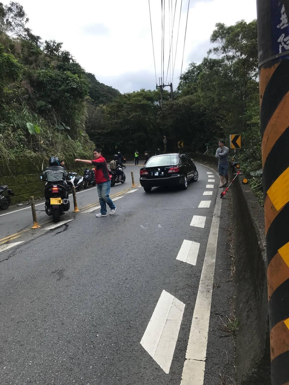 北宜公路昨天上午8時許發生一起意外,疑因一台重型機車打滑致失控,撞上對向轎車車頭...