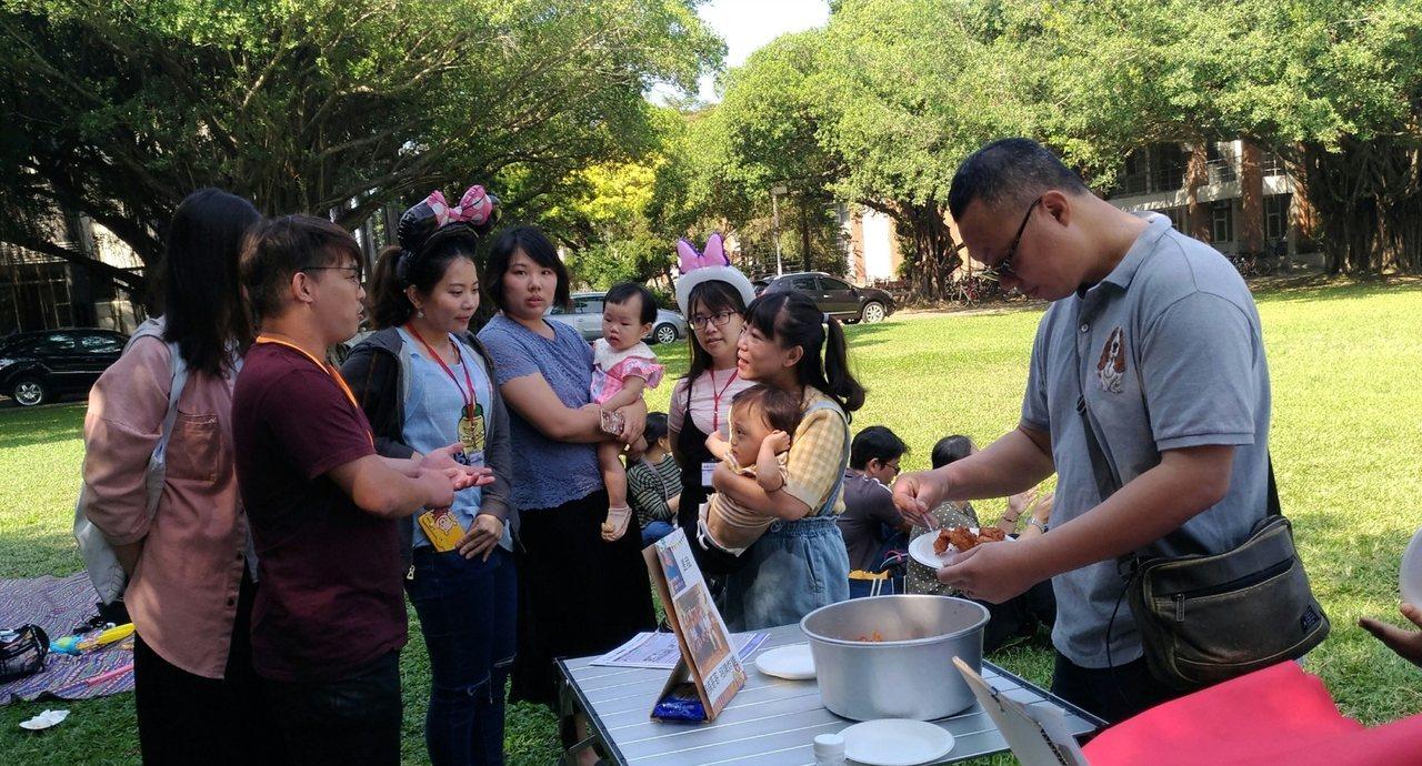 成大舉辦早產兒活動,壽司店老闆王泰棋(右)當年也是早產兒。圖/成大提供
