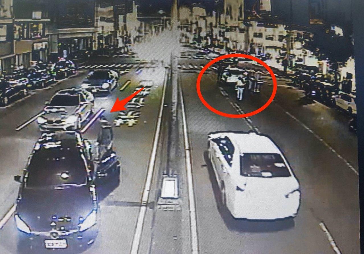 台中市第二警分局文正所警員昨天晚間在北區五權路攔查酒駕的黃姓男子(紅圈)時,對向...