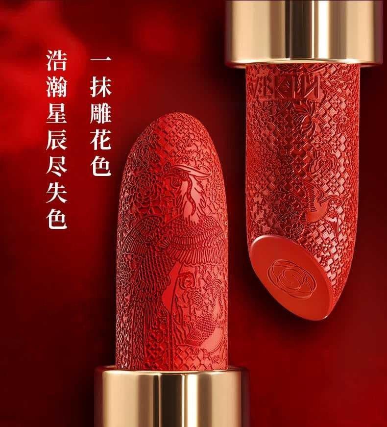 頤和園聯名唇膏上面有「百鳥朝鳳」浮雕。圖/摘自微博