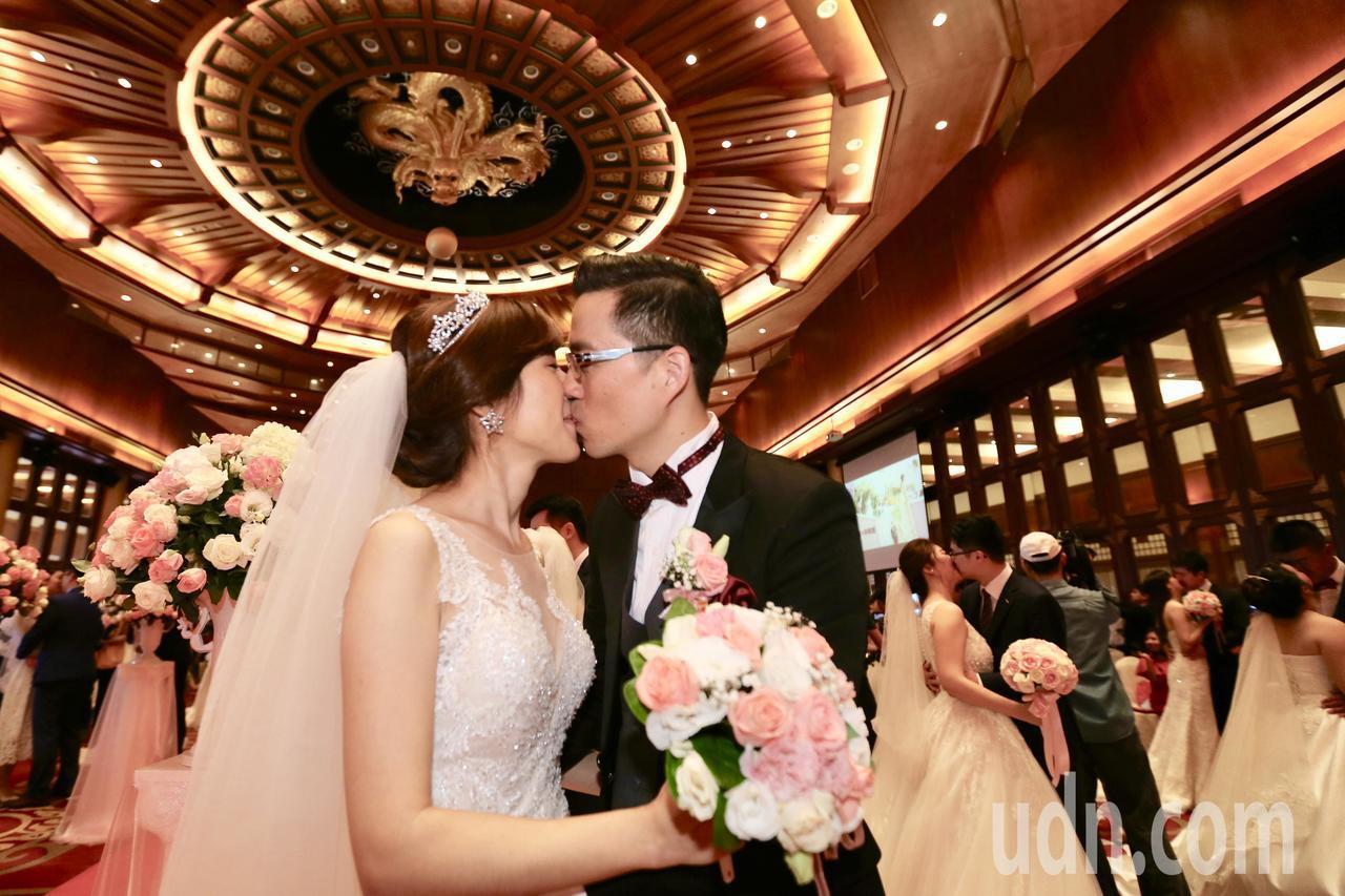 中華電信上午在圓山飯店舉行員眷集團結婚,今年有65對新人締結連理。記者林伯東/攝...