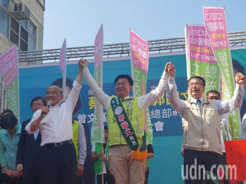 行政院長蘇貞昌(左一)與台南市長黃偉哲(右一)拉起立委參選人郭國文的手,高呼凍蒜。記者謝進盛/攝影
