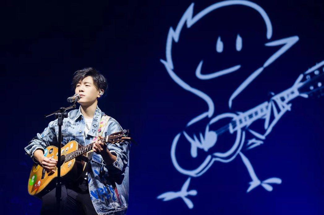 韋禮安在「而立」巡演深情自彈自唱。圖/IMC提供