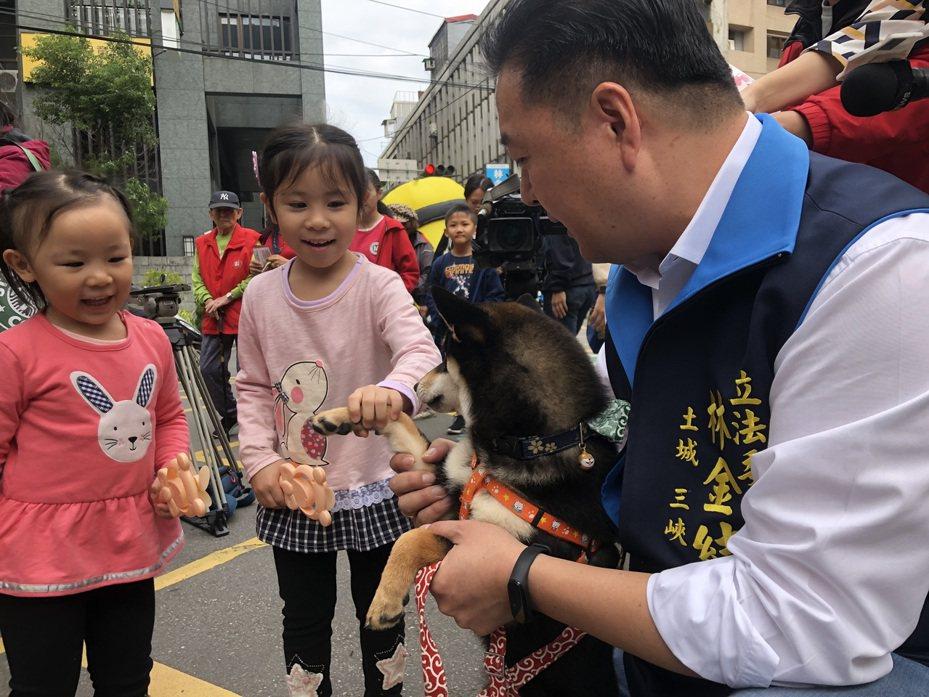 國民黨土城三峽立委參選人林金結今天找來國民黨總統參選人韓國瑜的愛犬「米魯」站台。圖/林金結競選辦公室提供