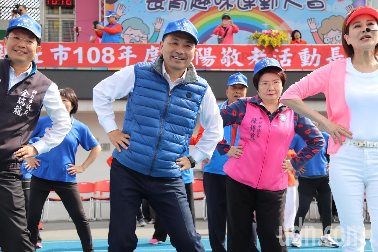 新北市長侯友宜與向娃、長輩們一起跳暖身操。記者胡瑞玲/攝影