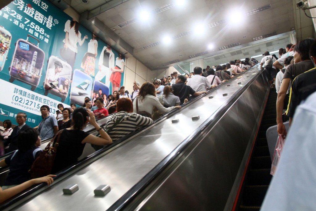 台北捷運搭乘手扶梯要站左邊、站右邊一直都沒有明文規定,但長期有「右側站立、左側通...