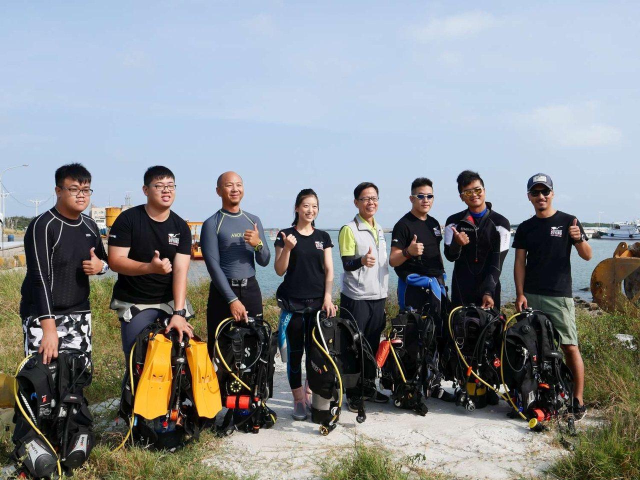 新竹市環保局去年6月起邀請在地15位潛水員組成「海底撈」巡守隊,定期於南寮沿海一...