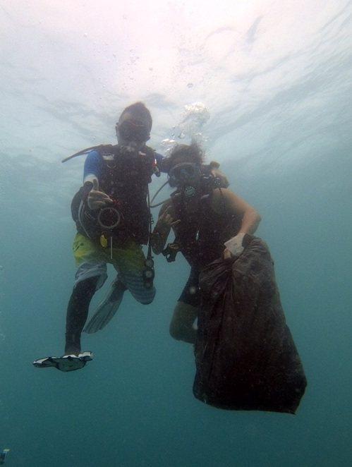 巡守隊隊員必須全副武裝下海,身著潛水裝,背負氧氣瓶,攜帶潛水手電筒及潛水刀,在海...