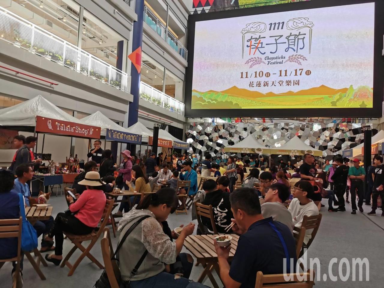 台灣第一屆「1111筷子節」今天在花蓮新天堂樂園登場,限量5000份滷肉飯免費請...