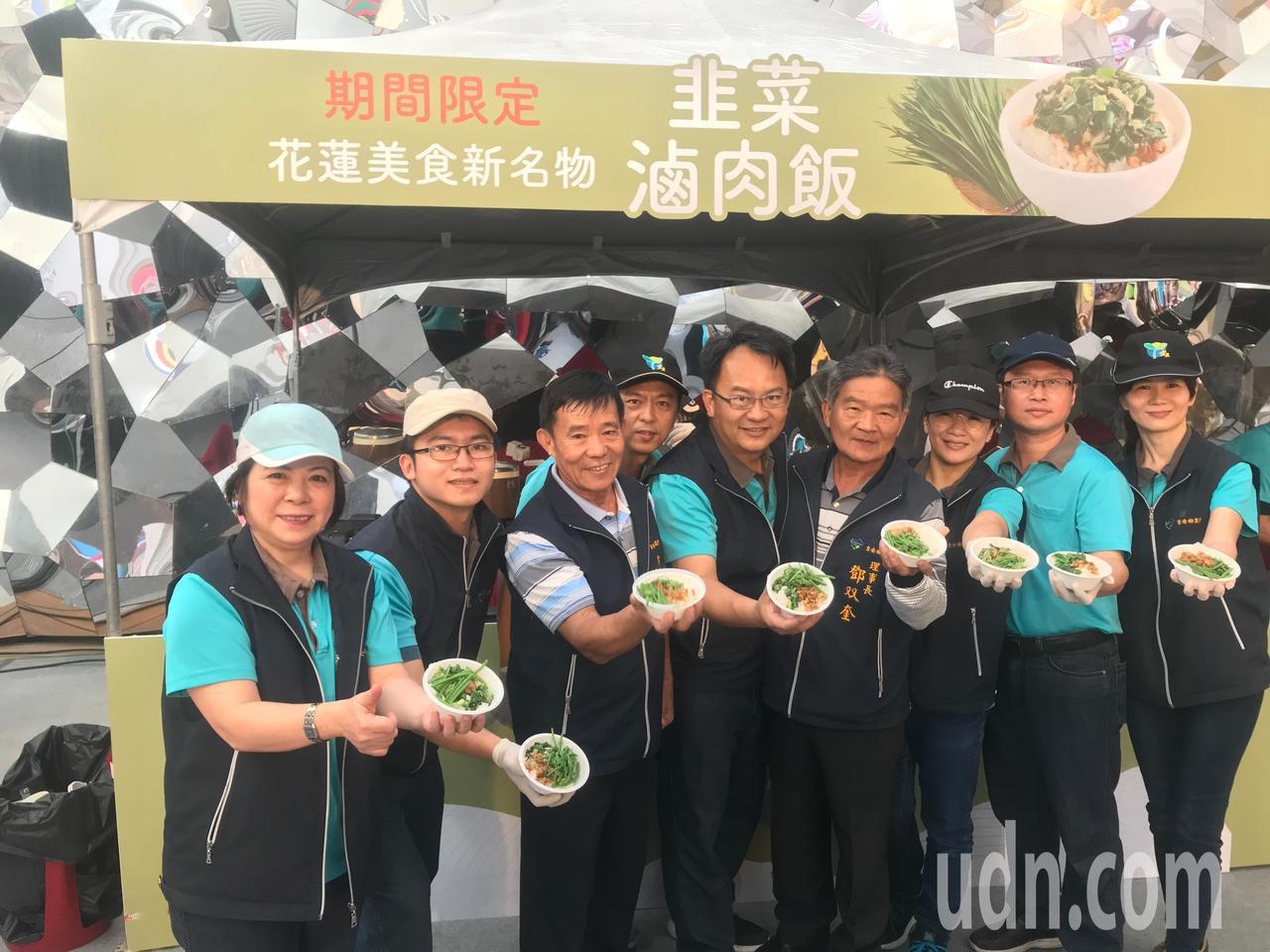 花蓮吉安鄉農會一連7天,在花蓮新天堂樂園準備美味魯肉飯請民眾試吃。記者王思慧/攝...