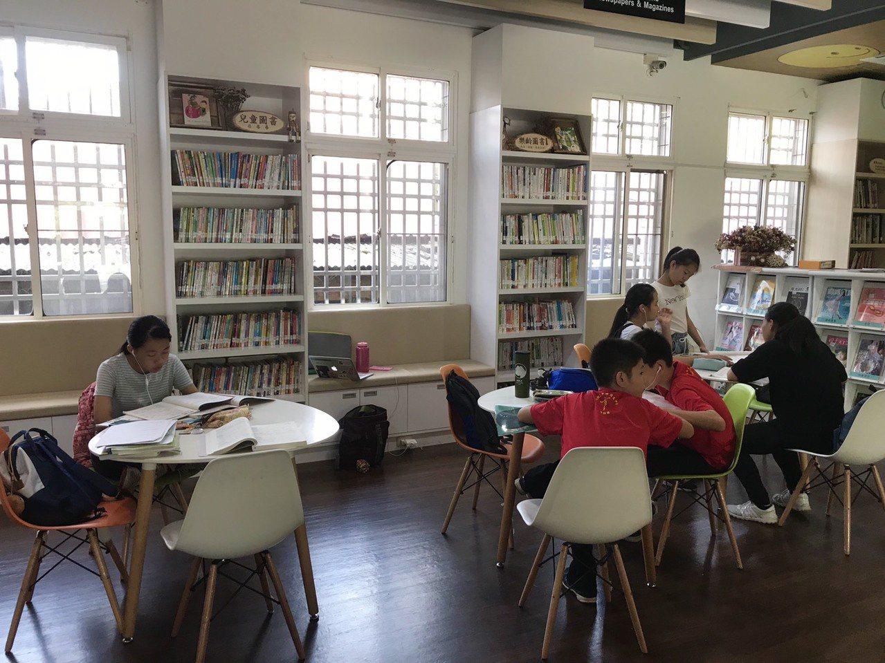 中埔鄉立圖書館自去年整修後環境明亮舒適,但一樓座位區供學生自習空間減少許多。記者...