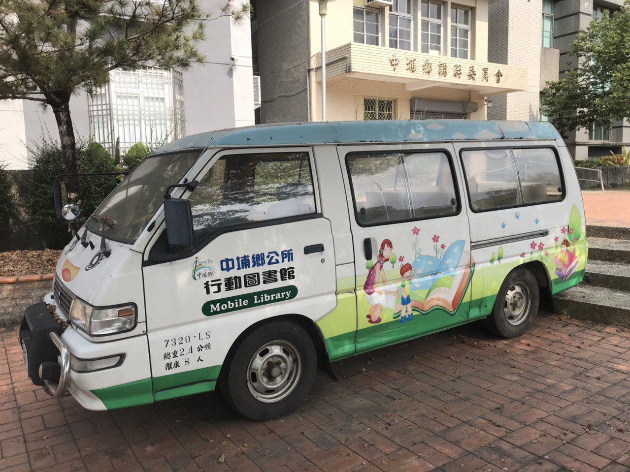 中埔鄉立圖書館以幼兒園娃娃車改裝為行動書車,每月將書載往偏遠地區盼推廣閱讀。記者...