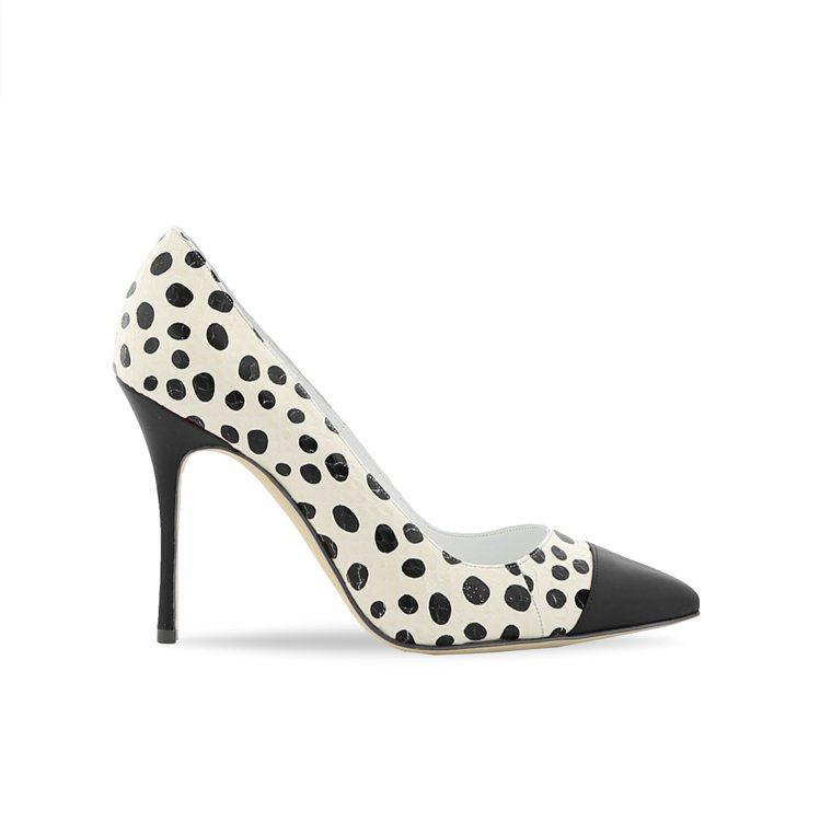 大小不一的黑色圓點像是大麥町狗狗身上的斑點,搭配白色蛇紋壓紋皮革鞋身,再以黑或紅...