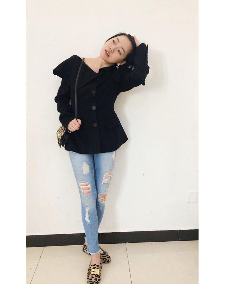 小S徐熙娣以黑色上衣配牛仔褲的造型搭豹紋鞋款與包包,完美示範如何用配件帶出全身重...