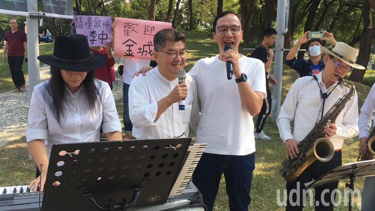 朱立倫與李中合唱「城市的月光」兩人唱歌輕旅行推台中觀光。記者陳秋雲/攝影