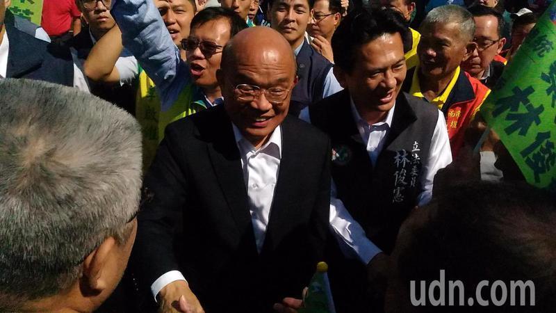 行政院長蘇貞昌陪同立委參選人林俊憲,到台南市南區鹽埕天后上香,受到支持者熱烈歡迎。記者黃宣翰/攝影