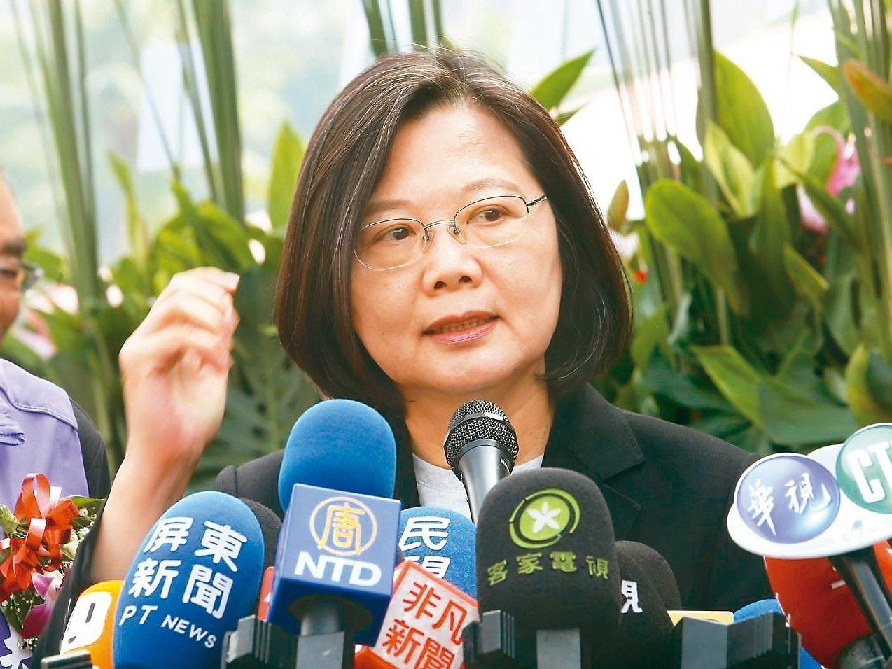 台大醫院前副院長王明鉅吐槽說,民主自由現在就已經被打折,再選她,台灣的民主與自由...