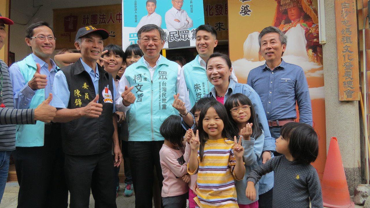 台灣民眾黨主席柯文哲(中)今天下午到苗栗縣輔選,展現高人氣,到處都受到歡迎。記者...