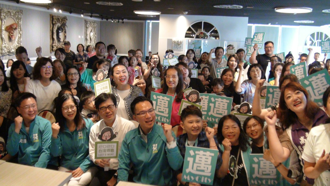 高雄挺英青年志工在小英高雄競選總部成立前辦誓師大會,號召的200多名青年志工加入...