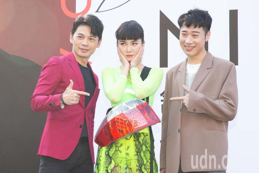 Nikita舒子晨(中)今天下午在西門町舉辦簽唱會,前輩阿Ken(左)和好友小賴...