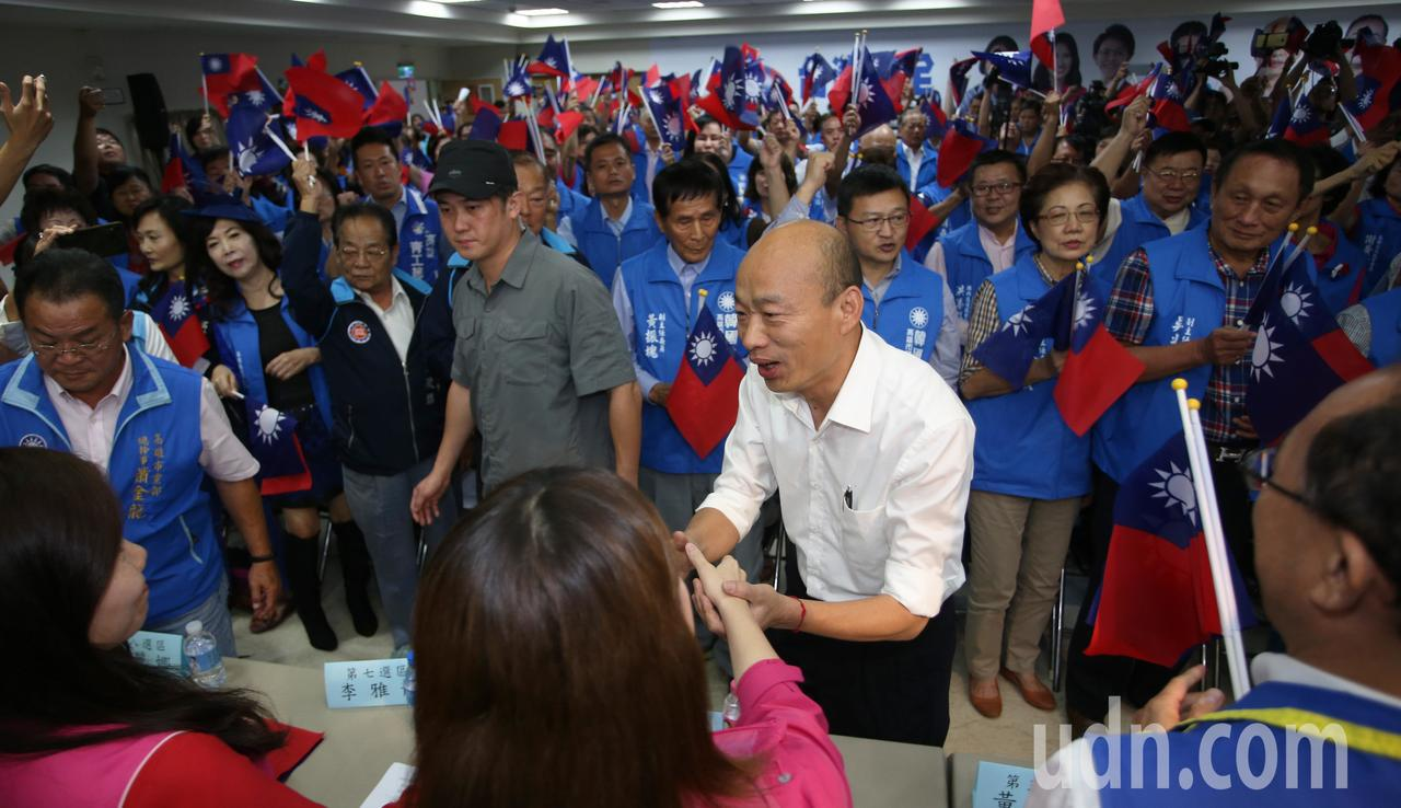 國民黨總統參選人韓國瑜昨天回到高雄進行競選總部幹部授證大會,現場展現團結氣勢。記...