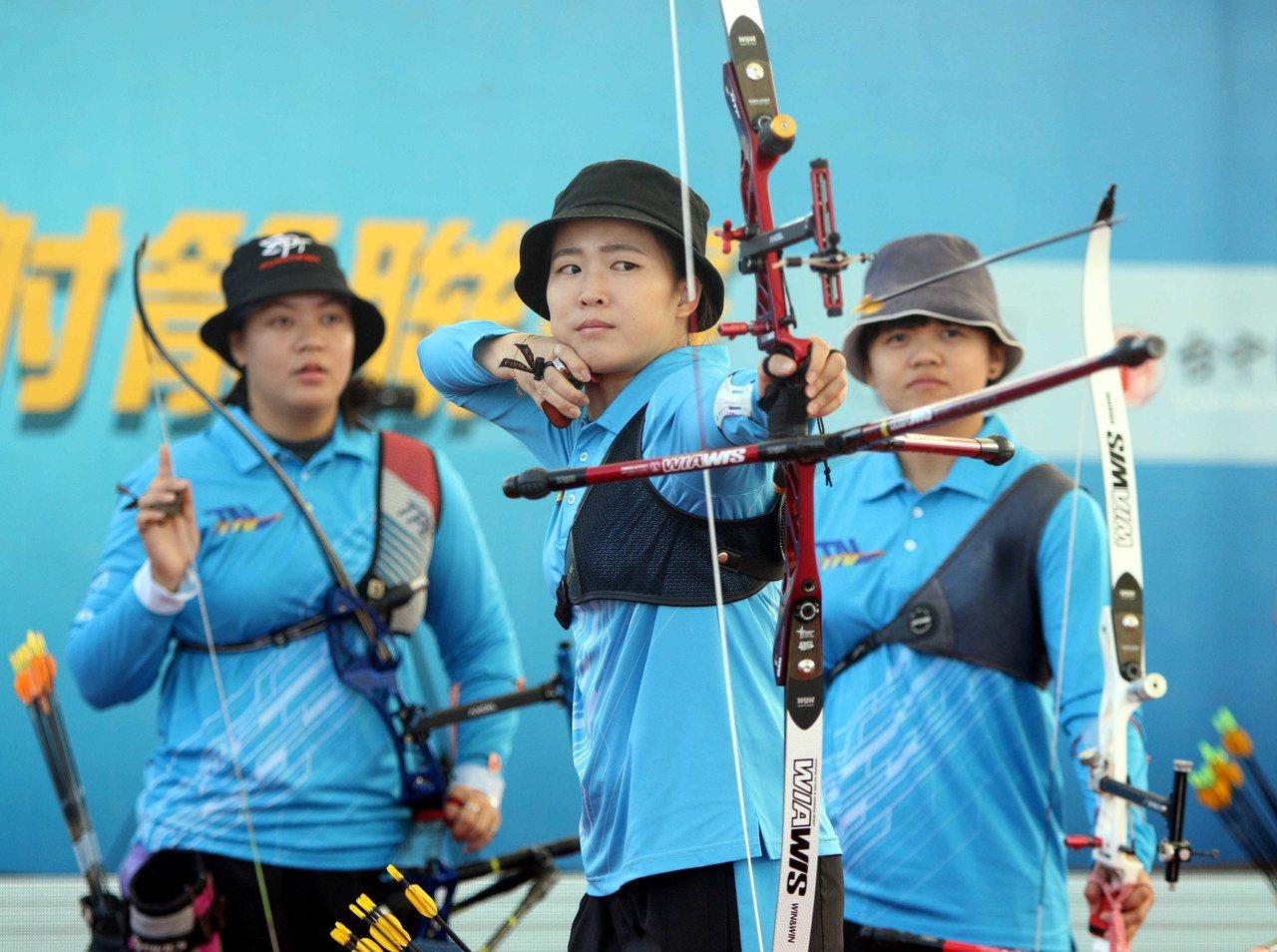 彭家楙(前)領軍的台南射箭隊,在五戰三勝制的企業射箭聯賽元年至尊盟主賽取得第一勝...